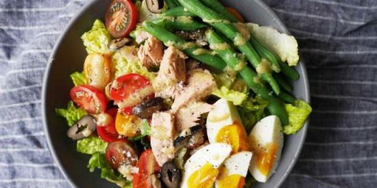 Салат с яйцами, черри, беконом и сыром