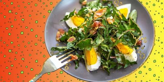 Салат из яиц готовится из продуктов, которые чаще других можно отыскать в холодильнике. Это яйца и какие-то овощи.