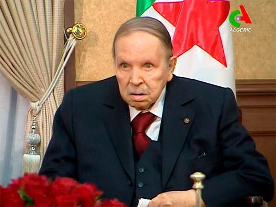 Решение 82-летнего главы государства принято на фоне протестов и фактического отказа армии подчиняться недееспособному президенту.