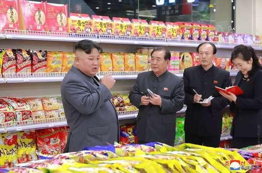 Лидер КНДР Ким Чен Ын посетил супермаркет «Тэсон» в Пхеньяне.