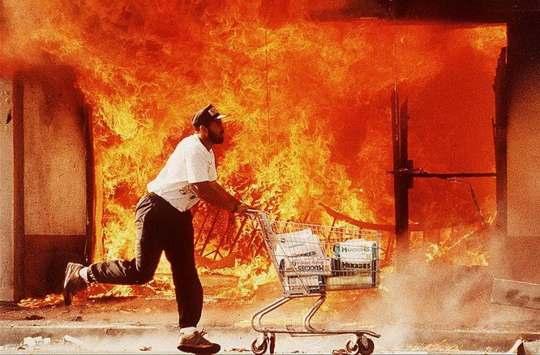 29 апреля 1992 года в Штатах начался Лос-Анджелесский бунт, массовые беспорядки, которые повлекли за собой гибель 53 человек и причинение ущерба на сумму 1 миллиард долларов.
