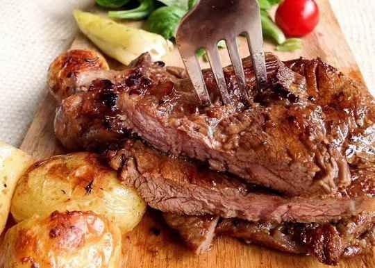 Говядина в духовке по любому рецепту получается сочной, мягкой и ароматной. В приготовлении такого мяса можно смело экспериментировать со специями и прочими добавками.