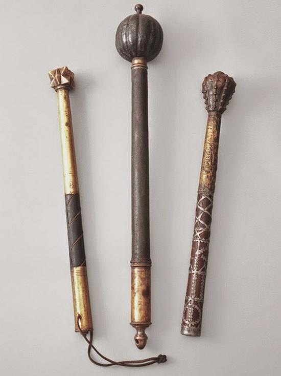 «Русское ударное ручное топорообразное холодное оружие, состоящее из металлического яблока с шестью клинками, насаженного на рукоять».