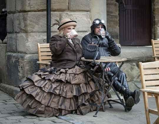 В городе Уитби, Британия, на 25 традиционный фестиваль собираются тысячи готов.