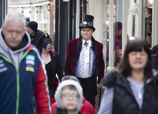 Британский город заполонили толпы готов (фото)