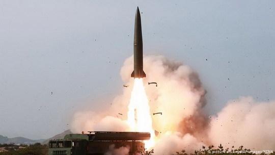 """Согласно сообщению северокорейского государственного информагентства ЦТАК, лидер КНДР Ким Чен Ын руководил проведением учений """"ударных средств большой дальности""""."""