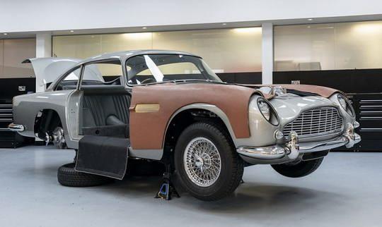 Прошлым летом компания Aston Martin анонсировала выпуск лимитированной серии автомобилей модели DB5 – той самой, на которой ездил Джеймс Бонд в фильме «Голдфингер»