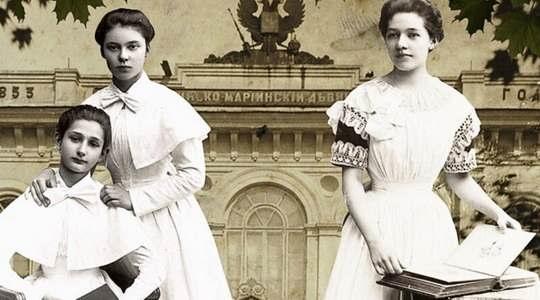 Их называли институтками или кисейными барышнями — выпускные платья шились из кисеи.