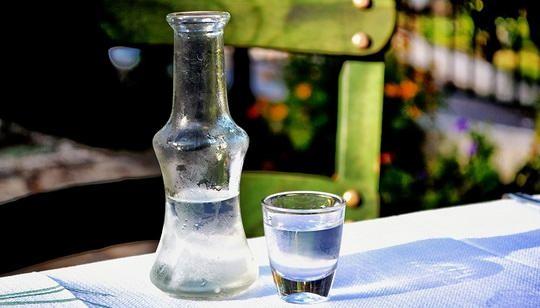 Запрет на продажу «Боярышника», который использовался в качестве дешевого алкоголя, не уменьшил влечения россиян к крепким напиткам.