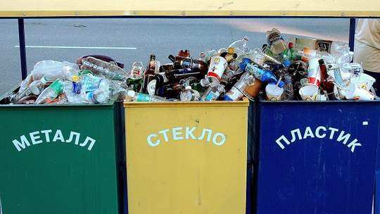 Воспитывать полезную привычку решили начать с москвичей и жителей Подмосковья: им первыми придется сортировать собственные отходы и раскладывать их по разноцветным контейнерам.