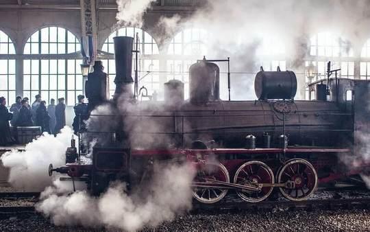 Знаменитая есть легенда в локомотивном мире, что в дореволюционные времена к паровозу прибывшего курьерского поезда подбегал с подносом официант