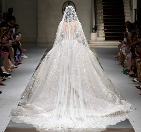 На прошедшей недавно Неделе Высокой моды было представлено много великолепных костюмов, платьев и комбинезонов.