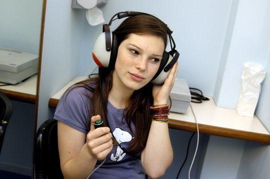 Простейшая методика состоит в определении расстояния, с которого человек слышит чью-то речь или шепот.