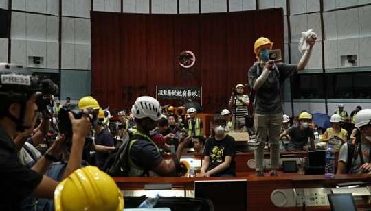 Протестующим в Гонконге удалось прорваться внутрь здания законодательного собрания региона, где собирается правительство. Протестующие вооружены арматурой и дорожными знаками