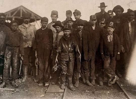 В 1741 году в Российской империи был издан указ, который ограничивал рабочий день на фабриках 15 часами. То есть, до этого рабочий день был еще длиннее, вплоть до того, что человеку отводилось меньше пяти часов на сон.