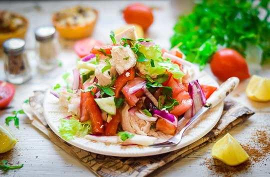 Прекрасный освежающий и низкокалорийный салат с курицей станет идеальным выбором для тех кто заботится о здоровье и фигуре