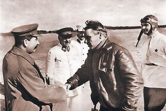 «Сталинский сокол», как называли Валерия Чкалова современники, за свою короткую жизнь, вместившую всего 34 года, заслужил репутацию незаурядной личности.