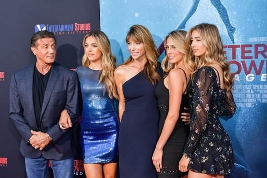 Три дочери Сильвестра Сталлоне пришли на премьеру фильма «Синяя бездна-2», которая состоялась в Лос-Анджелесе
