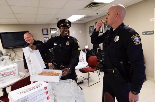 Согласно стереотипу, прежде всего киношному, американские полицейские больше всего любят пончики.