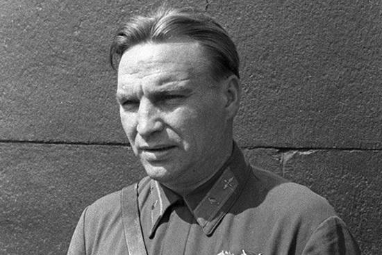 Свой первый тюремный срок Чкалов получил в 21 год, когда проходил службу в расположении 1-й Ленинградской краснознаменной авиационной истребительной эскадрильи.