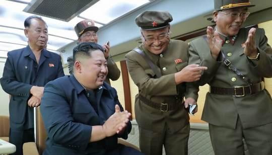 Испытания сверхгабаритной реактивной системы залпового огня в Северной Корее последовали всего через несколько часов после заявления КНДР о готовности возобновить переговоры с США по своей ядерной программе.