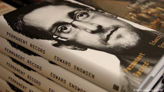 США подали иск к бывшему сотруднику Агентства национальной безопасности (АНБ) Эдварду Сноудену из-за публикации его мемуаров.