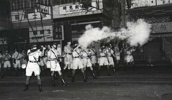 Британские военные на улицах Гонконга во время беспорядков 1967 года. В ходе мятежа погиб 51 человек, больше 800 получили ранения и около 2 тысяч были арестованы.