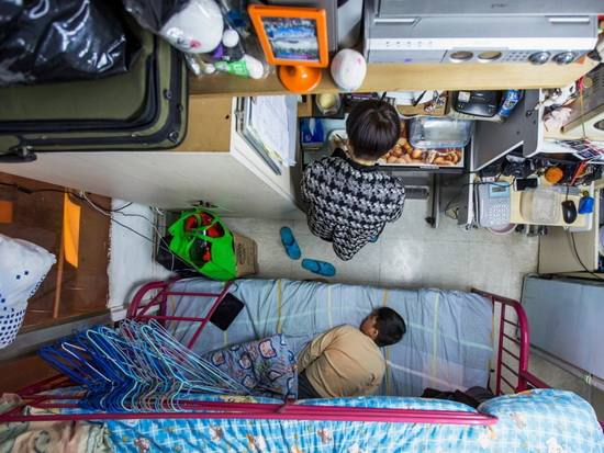 Типичная подразделенная квартира в Гонконге. Фото агентства Рейтер.