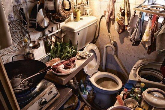 Типичная картина в подразделенных квартирах – кухня, совмещенная с отхожим местом