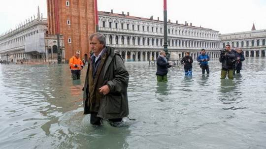 Венеция почти полностью затоплена вследствие того, что уровень воды в Венецианской лагуне поднялся на 1,87 метра.