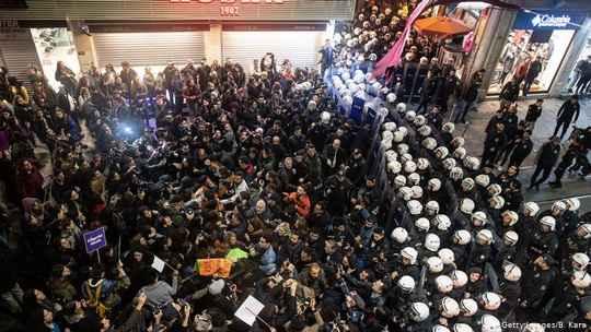 Полицейские разогнали массовую демонстрацию за права женщин в Стамбуле.