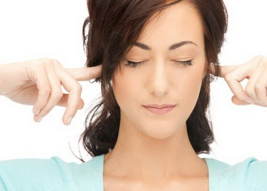 Ощущение звона, гудения, жужжания и прочего шума в ушах в отсутствие реальных звуков называется по-научному тиннитусом