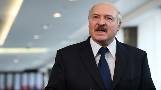 Лукашенко заметил, что ежегодный дефицит торговли с Россией составляет до 9 млрд долларов и недопуск белорусских товаров на российские рынки не позволяет уменьшить этот дефицит.