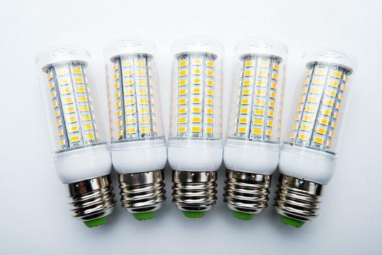 Светодиодная лампа, эффективнее преобразует электроэнергию в световую.