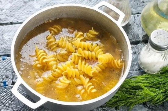 Влить горячую воду и отварить блюдо в течение 10-15 минут. Время варки макаронных изделий читать на упаковке.