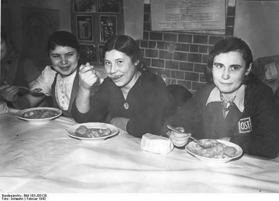Пропагандистские фотографии, иллюстрирующие сносные условия жизни остарбайтеров. Справедливости ради стоит отметить, что к 1943 году нормы питания рабочих с восточных территорий действительно изменились в лучшую сторону