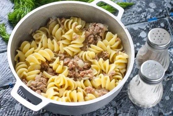 Блюдо считается готовым в тот момент, когда макароны полностью сварятся, а в емкости практически не останется жидкости.