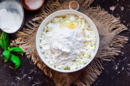 Добавить в емкость порцию пшеничной муки, не забыть добавить буквально щепотку соли.