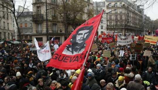 Десятки тысяч людей протестуют против пенсионной реформы, запланированной президентом Макроном.