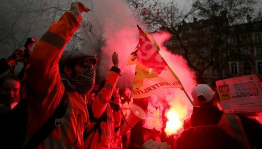 Французы протестуют против планов правительства реформировать пенсионное законодательство.