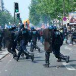 Во Франции полицейский получил 4 месяца условно за бросок камнем в толпу протестующих парижан