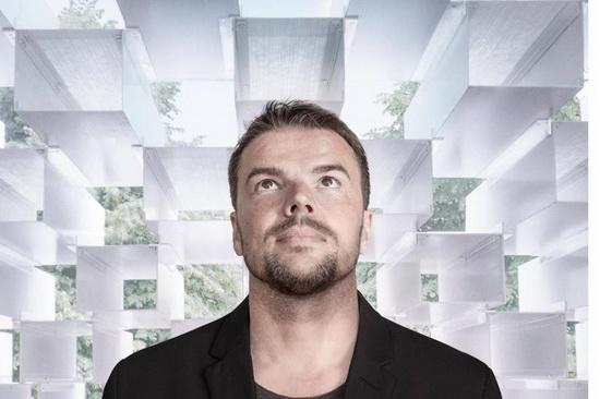 Руководить  строительством «города будущего» доверили 45-летнему датчанину Бьярке Ингельсу — архитектору и основателю компании Bjarke Ingels Group.