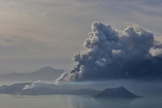 Вулкан Таал расположен в провинции Батангас, примерно в 70 километрах к югу от столицы Филиппин Манилы.