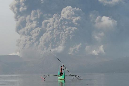 По сообщению филиппинского Института вулканологии и сейсмологии, в воскресенье около 1 часа дня он начал испускать огромные клубы дыма, которые переросли в «магматическое извержение»