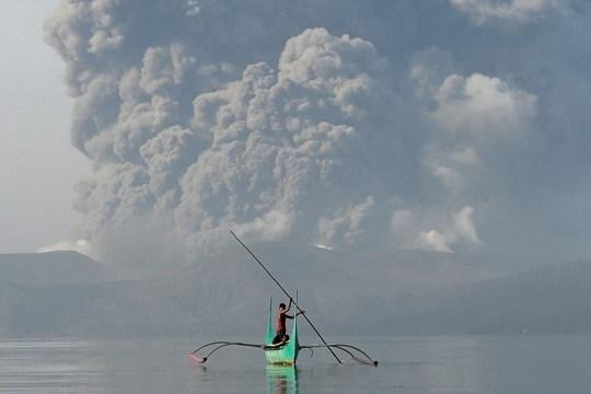 Вулкан Таал на Филиппинах начал извергать лаву в понедельник утром.