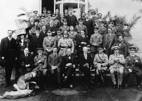 Участники Каирской конференции 1921 года, Гертруда Белл стоит вторая слева
