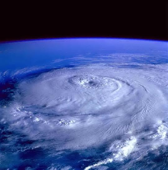 Вблизи земли - вертикальному ветру некуда или неоткуда дуть.