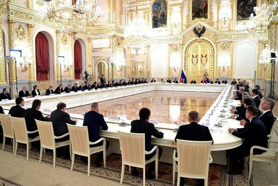 Главы всех крупнейших бизнес-структур России сидят за одним столом.
