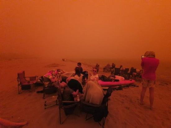 Люди укрывались на пляжах по мере того, как усиливались пожары