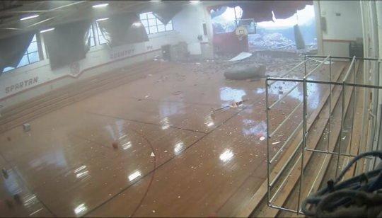 Мощный порыв ветра в Северной Каролине сорвал стену местной школы. Лишь по счастливой случайности никто не пострадал.